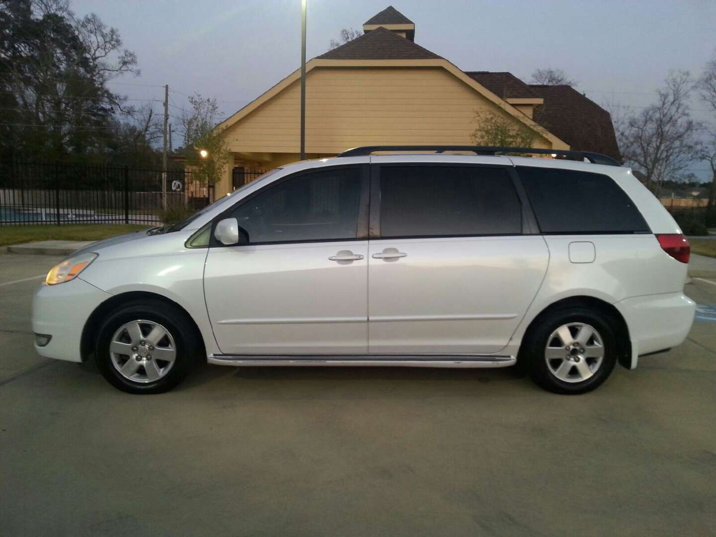 2005 toyota sienna xle minivan for sale in spring tx 5miles buy and sell. Black Bedroom Furniture Sets. Home Design Ideas